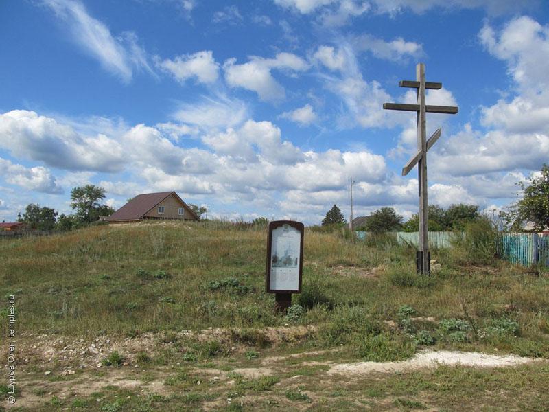 Памятный крест на месте собора