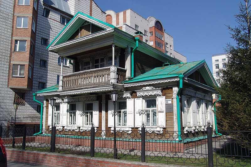 Старинный дом с надстройкой на крыше