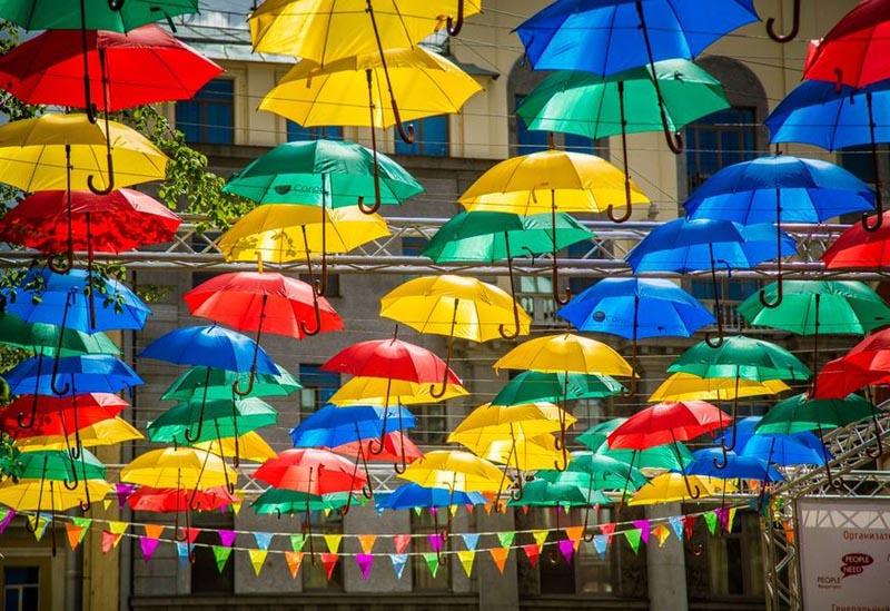 Инсталляция Парящие зонтики