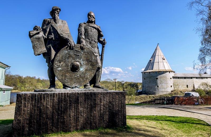 Памятник Рюрику и Вещему Олегу