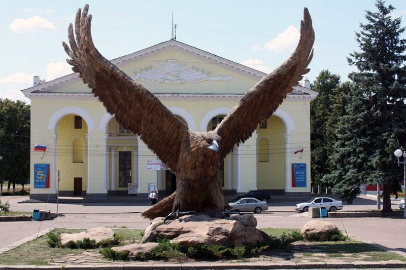 Скульптура орла у железнодорожного вокзала