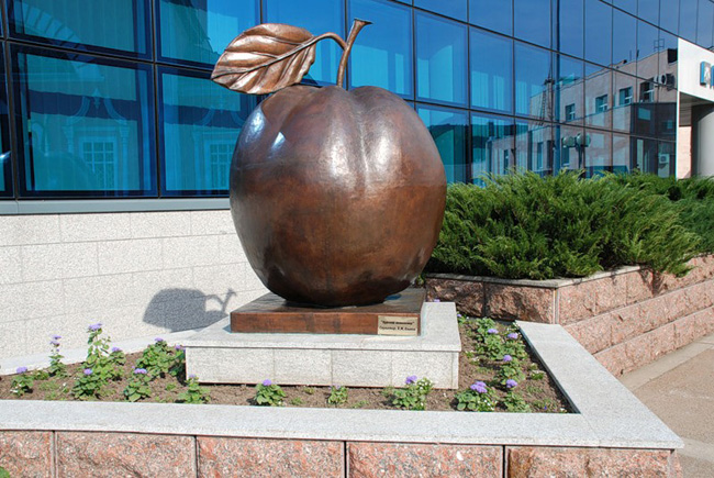 Памятник яблоку