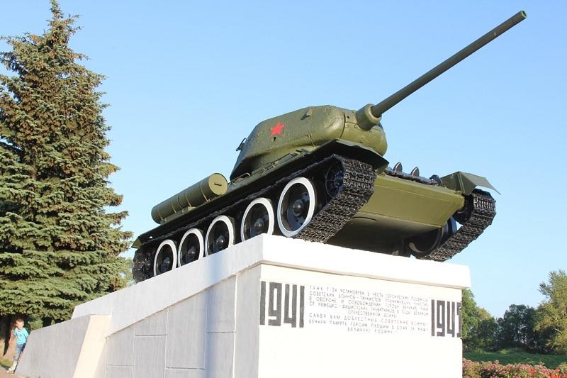 Летящий в небо танк