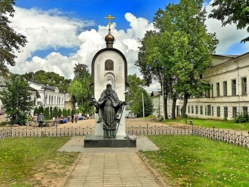 Памятник Макарию Калязинскому
