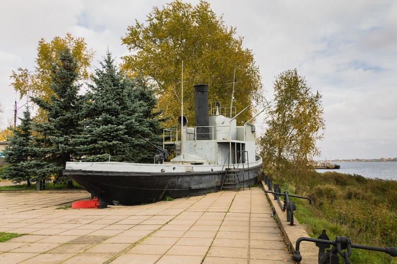 Памятник Ладожской военной флотилии корабль
