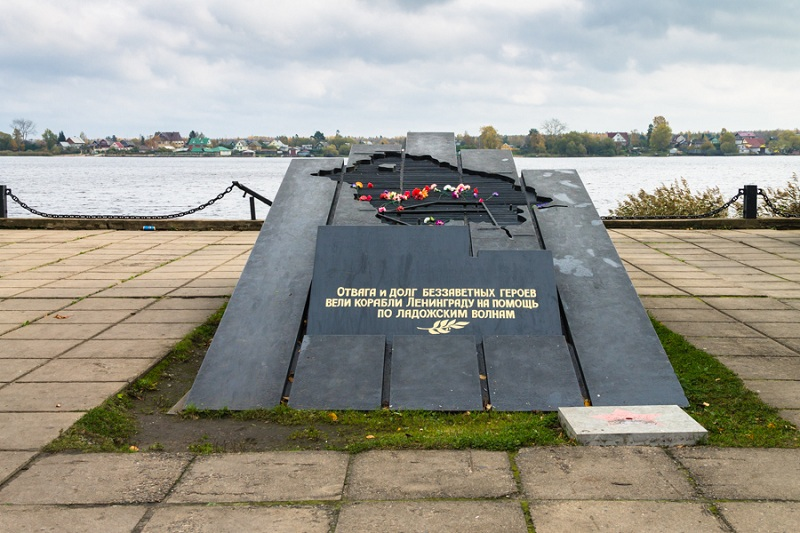 Памятник Ладожской военной флотилии вид