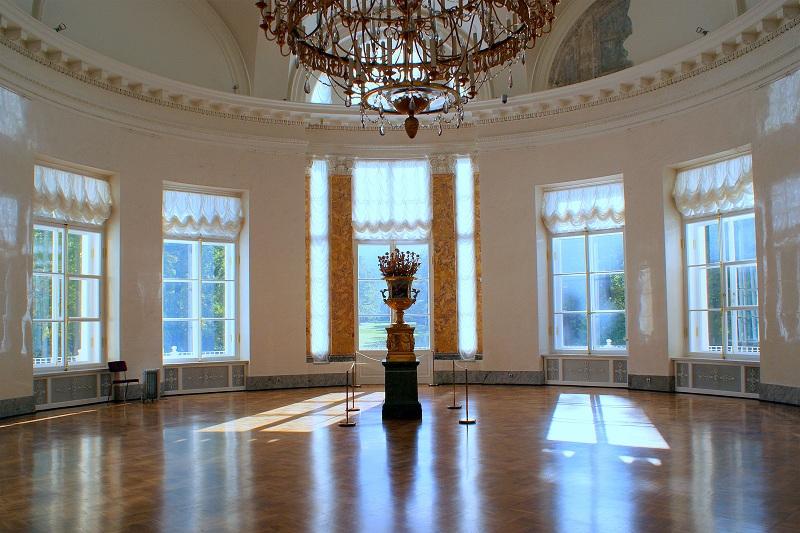Полукруглый зал