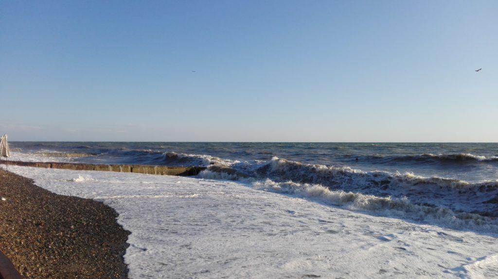 Пляж в Сухуме волна