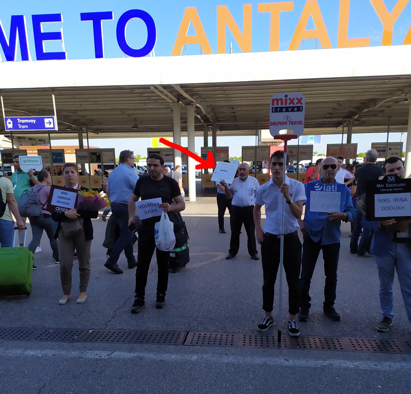 Встреча водителем Kiwi с табличкой в аэропорте AYT